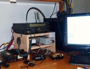TS-50S, Alinco 30 Amp.WinKeyer US, Manipulador Kent, fuente regulada 13,8V e Iller QSP.
